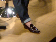 裸足に革靴